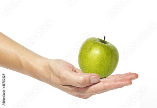 Mano che tiene una mela verde, fondo bianco