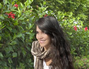 Retrato de chica joven y guapa en un jardín.