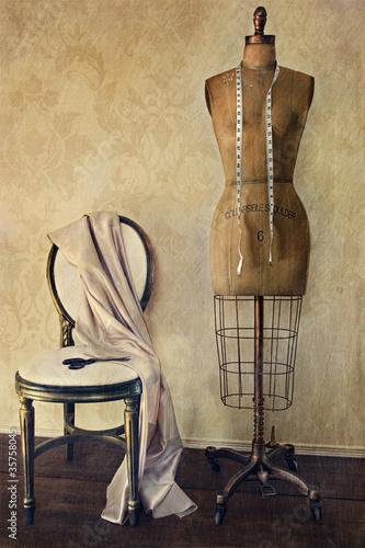Antykwarska suknia forma i krzesło z rocznika uczuciem