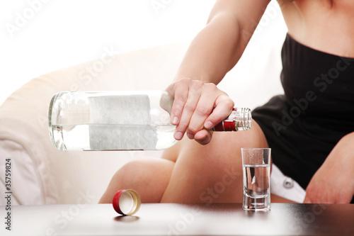 kobieta-w-depresji-picie-alkoholu-wodka