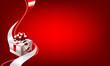Geschenkbox mit Schleife vor rotem Hintergrund