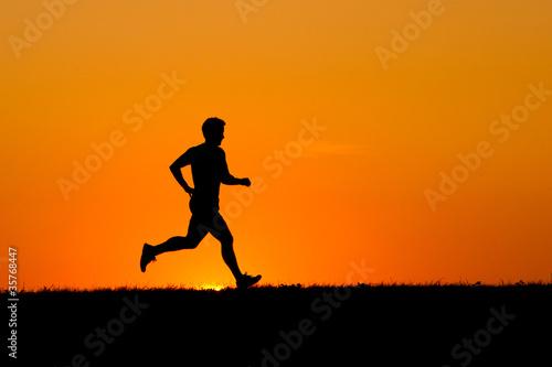 Jogger vor dem Abendhimmel