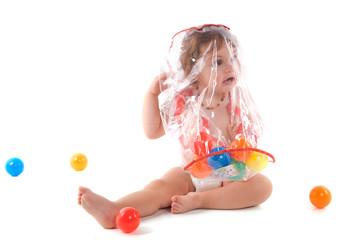 DANGER : enfant sous un sac plastique
