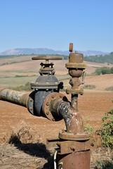 Pozzo e tubatura per irrigazione agricola