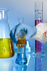 Cientifico mezclando reactivos