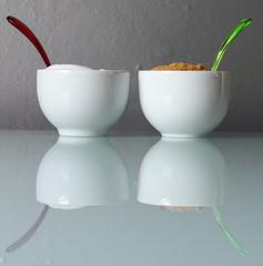 Zuccheriere con cucchiaini colorati