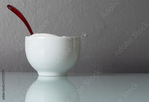 Dolcificante in zuccheriera con cucchiaino rosso