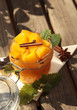Obst in Würfeln mit Gewürzen im Glas