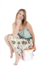 Frau sitzt auf Eimer