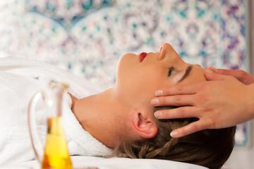 Wellness - Frau erhält Kopfassage in Spa