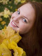 портрет девушки с осенними листьями