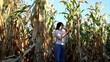 Eine Frau kommt aus einem Maisfeld