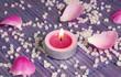 Teelicht in rosa mit Badesalz und Rosenblüten