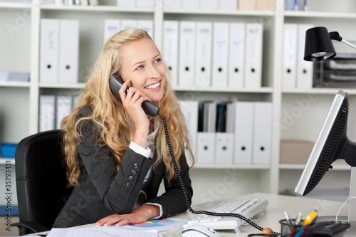 Leinwandbild Motiv lächelnde geschäftsfrau am telefon