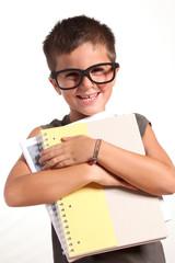 bambino buffo con quaderni di scuola