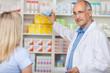 freundlicher apotheker berät eine kundin