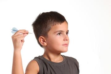 bambino con freccetta