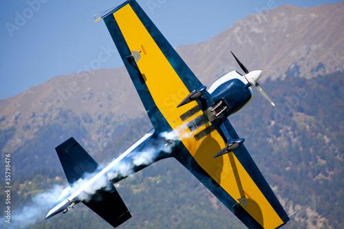 aereo in acrobazia visto da sotto