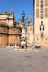 Brunnen vor der Kathedrale von Sevilla, Spanien