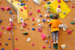 Petite fille grimpant un mur d'escalade