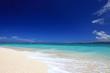 水納島の白い砂浜と鮮やかな波打ち際