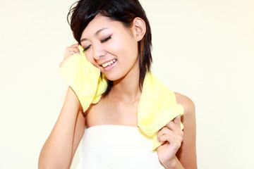 洗顔をしてリフレッシュした女性