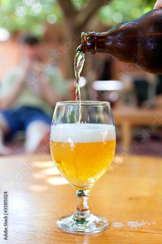 butelka-piwa-plynacego-do-szkla