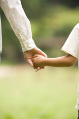 手をつなぐ母と子