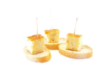 Pinchos de tortilla aislados.