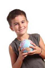 bambino sorridente con mappamondo nelle mani