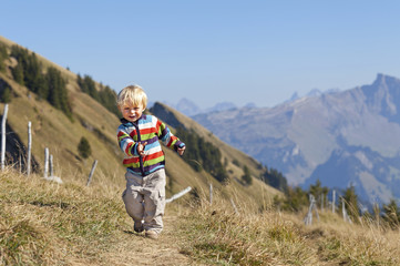 glückliches Kind in den Bergen