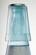 Verre sur goulot de bouteille d'eau fraîche