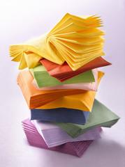 Pile de serviettes en papier multicolores