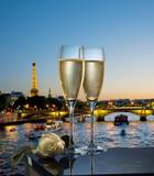 Coupes de champagne avec vue de Paris la nuit - 35835887