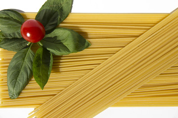 Spaghetti, pomodorino, basilico, su fondo bianco