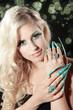 Hübsche blonde Frau mit langen Stiletto Nägel, bubble, hoch