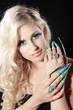 Hübsche blonde Frau mit langen Stiletto Nägel, hoch