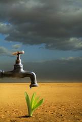 rubinetto con goccia di acqua nel deserto