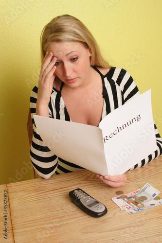 Junge Frau mit einer Rechnung