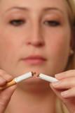 Junge Frau zerbricht eine Zigarette