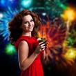 junge Frau mit Cocktail vor Feuerwerk