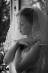 Счастливая невеста на свадьбе.