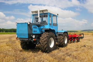 Traktoror on the field