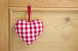 Rot kariertes Herz im Landhausstil