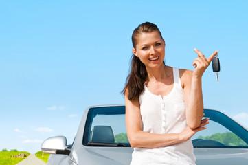 Frau vor Auto