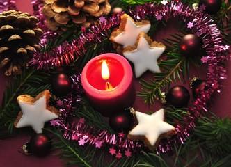 Weihnachtsdekoration violett mit Kerze