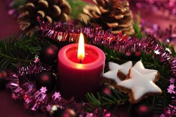 Dekoration zu Weihnachten, Kerze und Zimtsterne