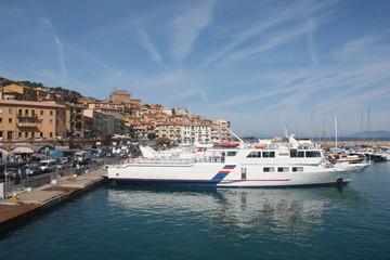 Fähre im Hafen von Porto Santo Stefano,  Toscana
