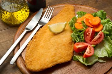 filetto di pesce fritto con contorno di verdure