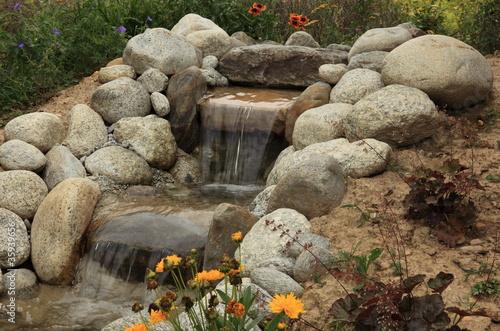petite cascade de jardin aquatique photo libre de droits sur la banque d 39 images. Black Bedroom Furniture Sets. Home Design Ideas